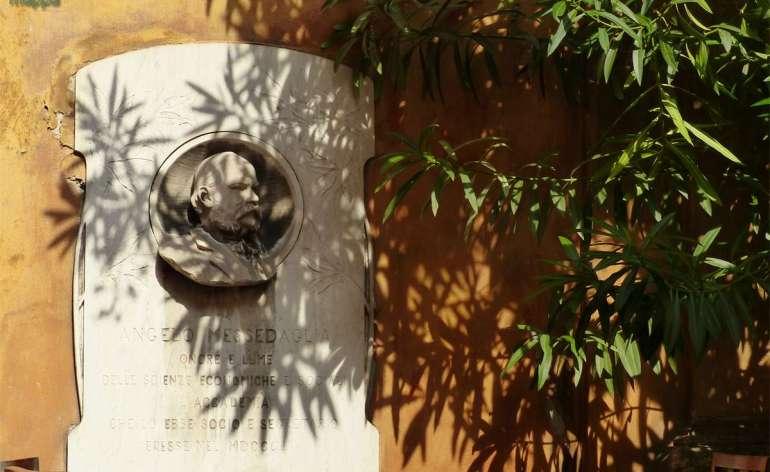 """Ad Angelo Messedaglia onore e lume delle scienze economiche e sociali l'Accademia che lo ebbe Socio e Segretario eresse nel MDCCCCIV Angelo Messedaglia (Villafranca di Verona, 2 novembre 1820 – Roma, 5 aprile 1901) è stato un politico italiano. Fu senatore del Regno d'Italia nella XV legislatura. A lui è dedicato il liceo scientifico più prestigioso di Verona: il Liceo scientifico statale Angelo Messedaglia. Vita Angelo Messedaglia nacque a Villafranca di Verona il 2 novembre del 1820, all'epoca nel Regno Lombardo Veneto. Diplomato presso il Cesareo Regio Convitto in Sant'Anastasia (attuale """"Liceo-Ginnasio Scipione Maffei""""), si laureò in Giurisprudenza presso l'Università di Pavia, dove iniziò la sua carriera di docente. Negli anni successivi insegnò anche a Padova e a Roma. Convinto sostenitore degli ideali risorgimentali, denunciò la repressione austriaca contro la popolazione veronese dopo l'annessione del Veneto all'Italianel 1866. Amico di Marco Minghetti e Quintino Sella, fu sostenitore della Destra, nelle cui file sedette in Parlamento come Deputato fra il 1866 e il 1882. Apprezzato per le sue competenze giuridiche, tributarie e statistiche, rifiutò la carica di ministro che gli venne offerta, preferendo dedicarsi completamente allo studio. Proprio i molti interessi culturali sono la principale caratteristica di Messedaglia: conosceva più lingue, sia straniere sia antiche; pubblicò non soltanto studi statistici ed economici, ma anche scritti omerici e traduzioni in italiano di poesie di Henry Wadsworth Longfellow e di Thomas Moore. Fu in contatto conCarducci e Fogazzaro. Membro di varie Accademie italiane e straniere, ricoprì la carica di Presidente dell'Accademia dei Lincei fino al giorno della morte. È considerato il precursore delle moderne facoltà di Scienze Politiche per via delle sue proposte di introdurre un piano organico di studi politico-amministrativi nell'ambito delle Facoltà di Giurisprudenza. Larga parte della sua produzione è attualmente conser"""