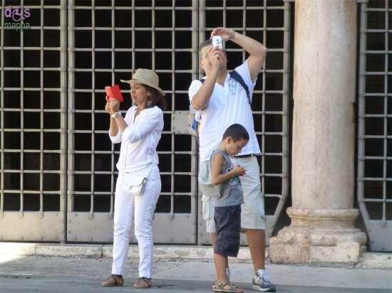 20140817 Turisti foto Piazza Dante Verona