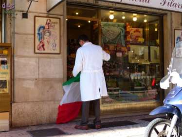 Tricolori nel centro storico di Verona: bandiere italiane per l'adunata alpini del triveneto e bandiere messicane in vista del prossimo Tocatì (Festival internazionale dei giochi di strada)