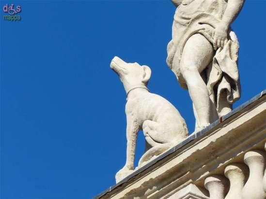 Palazzo Canossa è un celebre palazzo privato veronese, considerato uno dei capolavori architettonici della città. Costruito su commissione della famiglia dei marchesi di Canossa, una delle famiglie più antiche ed illustri d'Italia su progetto di Michele Sammicheli nel 1527. Di chiaro impianto manierista, non presenta l'entrata direttamente sulla strada, ma leggermente spostata in dentro, sotto un porticato. Considerata la sua importanza e bellezza venne anche utilizzato per ospitare, nel 1822, il celebre congresso di Verona, a cui parteciparono quasi tutti gli stati d'Europa. Uno dei soffitti del Palazzo era affrescato da Gian Battista Tiepolo, ma è andato perduto durante i bombardamenti che colpirono la città durante la seconda guerra mondiale.