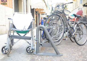20140915_carrozzina_parcheggiata_via_stella_verona_01