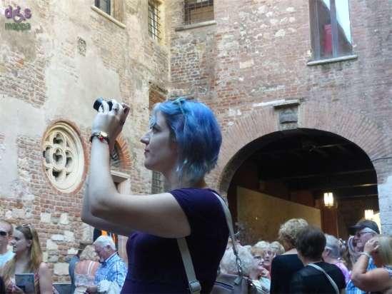 20141002 Foto cortile Giulietta Ragazza capelli azzurri