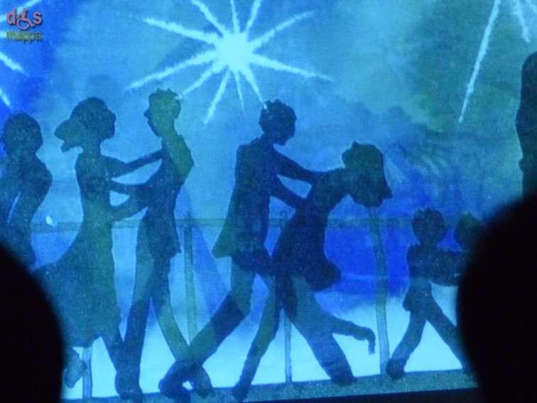 SEGNO D'ACQUA conferenza spettacolo di e con Alessandro Sanna Violino: Massimo Barba L'arte dell'illustratore Alessandro Sanna è da sempre segnata dall'acqua. Medium che assume i toni e le profondità dei personaggi che navigano nei testi delle fiabe. Acqua come medium, come sorpresa, come preparazione, come colore. Molti dei suoi libri sono fatti semplicemente con acqua e colore. Due fra tutti: Fiume lento (Rizzoli) e Moby Dick quest'ultimo realizzato con un giovanissimo editore veronese: Alessandro Berardinelli. Tra una parola e l'altra sul raccontare per immagini, Sanna parla del suo metodo, dei suoi mondi, dei suoi personaggi, del loro nascere e del loro liberarsi sulla pagina per dialogare con la fantasia dei lettori più giovani. Con lui naviga il maestro Massimo Barba, didascalia sonora, contrappunto di violino alle tavole disegnate dal vivo.