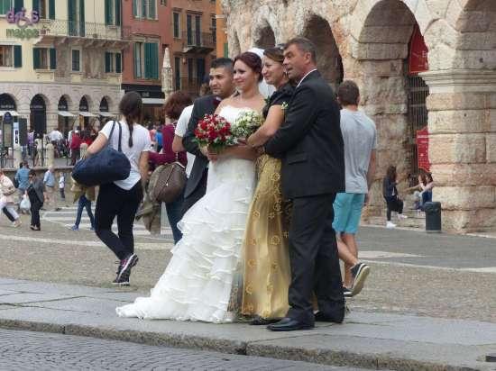 Sposi con drone davanti l'Arena di Verona