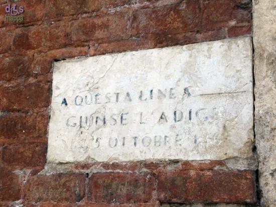 Sul muro in mattoni di Castelvecchio, prima che inizino le Regaste, ci sono le due targhe a ricordo delle piene dell'Adige a Verona città del 5 ottobre 1868 e 17 settembre 1882