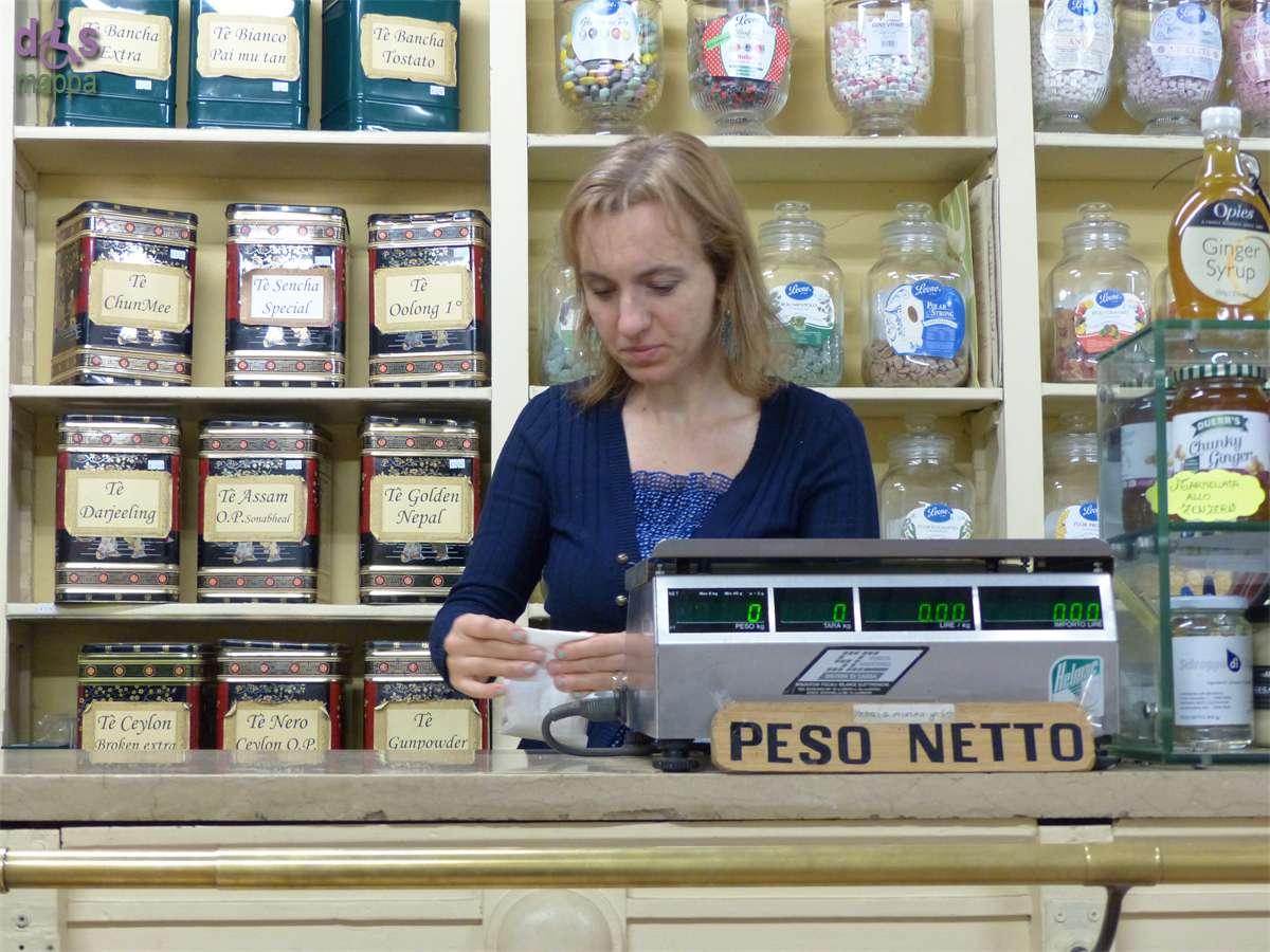 La storica drogheria Emaldi in via San Paolo 6 a Verona, fondata nel 1882 da Oreste Emaldi, è comodamente accessibile alle carrozzine, senza scalini in entrata. Vende spezie, pappa reale, erbe medicinali e mantiene intatto il fascino delle vecchie botteghe.