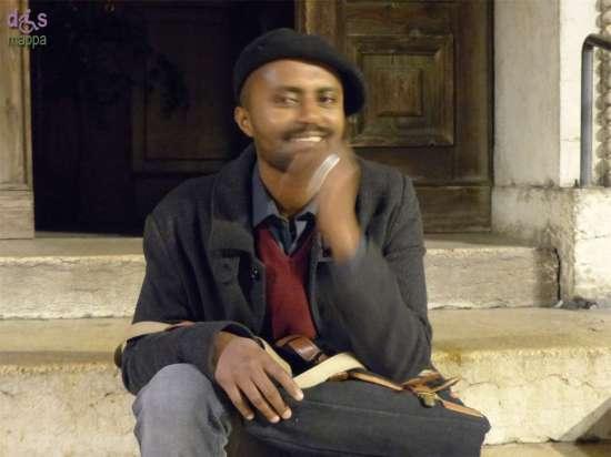 Il regista Dagmawi Yimer testimone di accessibilità per dismappa dopo la proiezione del suo ultimo cortometraggio Nomi - dedicato ai migranti morti nel mare di Lampedusa - alla Chiesa di San Nicolò all'Arena.