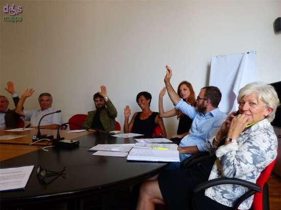 Voti a favore durante la riunione dei teatri veronesi per sottoscrivere il Manifesto dei Teatro accessibili promosso dall'Associazione dismappa al comune di verona