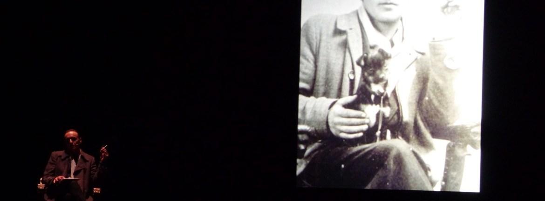 Alessandro Anderloni in Carlo, l'ombra e il sogno È il 1947 quando Carlo Zinelli viene rinchiuso nel manicomio di Verona. Dieci anni di duro isolamento, poi Carlo scopre la pittura. L'arte invade la sua esistenza e diventa la sua terapia, il suo desiderio, il suo destino. Si accorgono di lui lo scultore scozzese Michael Noble e lo psichiatra Vittorino Andreoli che danno voce e visibilità mondiale a un talento immenso, a un'arte spontanea che non teme giudizi e lascia attoniti di fronte al suo mistero. Il monologo di Alessandro Anderloni è racconta l'incredibile vicenda umana e pittorica di Carlo Zinelli, un viaggio avvincente di parole e suoni dentro ai suoi dipinti.