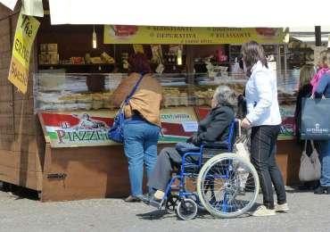 Piazze dei sapori a Verona. Le Piazze dei Sapori è l'evento che porta nei centri storici delle città i prodotti tipici e le produzioni eno-gastronomiche più ricercate d'Italia. Le piazze più famose si colorano con centinaia di espositori e rivenditori accuratamente selezionati, che rappresentano il sapore di tutte le regioni italiane. Prodotti Dop, Docg, Doc, ma anche particolarità sconosciute al grande pubblico che risvegliano, in questo modo, gusti dimenticati.