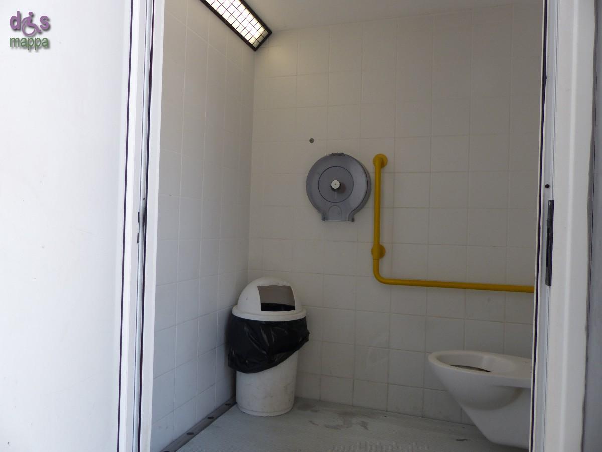 In Piazza Cittadella c'è un bagno pubblico a pagamento (la tariffa attuale è di 50 centesimi) accessibile a chi si muove in carrozzina e con un maniglione laterale. Non ha asse, né normale né rialzata, fare attenzione che il bordo del WC potrebbe essere bagnato per il sistema autopulente.