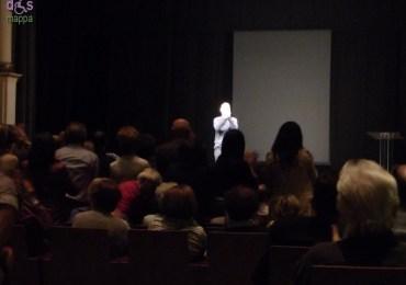 Applausi e standing ovation per Alessandro Anderloni nella prima data primaverile dellotoccante spettacolo dedicato all'artista irregolare Carlo Zinelli, ieri sera al Teatro Ristori di Verona