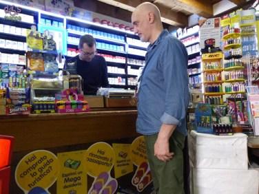 La tabaccheria di via Cappello 16 ha entrata senza scalini, il locale è piccolo, ma permette di girarsi con la carrozzina; oltre ai tabacchi e articoli per fumatori, vende cartoline, gadget, valori bollati, articoli di cartoleria, caramelle.