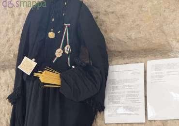 Gli abiti raccontano la storia – Le donne e la Grande Guerra, la mostra curata da Angela Perri, rientra nel programma delle celebrazioni per il centenario della Grande Guerra, promosso da Comune, Università, Accademia di Belle Arti di Verona e Ufficio scolastico regionale per il Veneto.