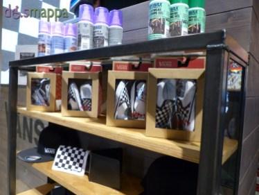 Il nuovo negozio Vans in via Cappello 45 è accessibile a chi si muove in carrozzina, l'entrata, ampia, è al livello del marcipiede: vende calzature e abbigliamento (Classics, OTW Collection, Kids, Mens Apparel,Mens Footwear, Womens Apparel, Womens Footwear)
