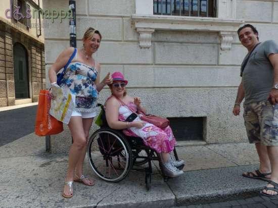 20150605 Turisti carrozzina Verona dismappa 95