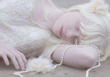 """GIORNATA MONDIALE DELL'ALBINISMO albinit Sabato 13 giugno 2015 Programma Ore 17:00 Sala Birolli, via Macello, 17, Verona Inaugurazione della mostra TUTTI I COLORI DEL BIANCO di Silvia Amodio con esibizione del coro a cappella VOICEWORKS diretto dal maestro Marco Pasetto (Accademia Superiore di Canto). Seguirà alle ore 18.00, la tavola rotonda """"TUTTI I COLORI DEL BIANCO"""", con Ing. Elisa Tronconi Presidente Albinit, Silvia Amodio fotografa e giornalista (premiata nel 2008 al National Gallery Portrait di Londra) autrice della mostra di ritratti di persone con albinismo, Stephane Ebongue giornalista Camerunense, testimone della gravità dell'albinismo in Africa e ideatore di un interessante progetto di biblioteca accessibile in Camerun Le Pavillon Blanc, Dott. Lucia Mauri medico genetista dell'ospedale Niguarda Cà Grande di Milano e Agnese Marchesini giovane associata albina. La mostra è aperta dal 12 giugno al 26 giugno 10,00- 18,00. Ingresso libero"""