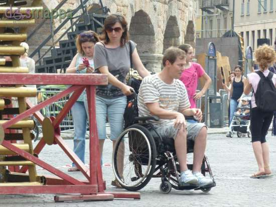 20150613 Turista disabile carrozzina Piazza Bra Verona dismappa 53