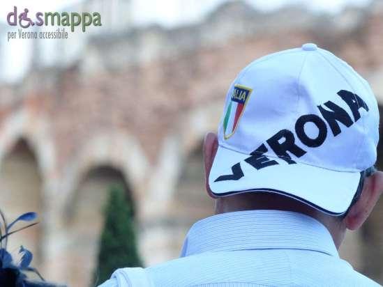 Il cappello con la scritta Verona indossato da un turista in visita all'Arena - foto dismappa.it