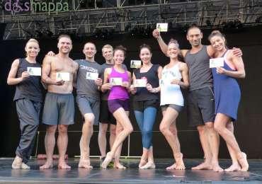 Le danzatrici e i danzatori di MOMIX testimoni di accessibilità per dismappa prima della loro lezione serale. Fino al 9 agosto saranno in scena al Teatro Romano con Viva MOMIX Forever.