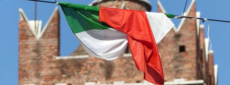 La bandiera italiana e quella catalana in Corso Porta Borsari sventolano aspettando il Tocatì 2015 a Verona - Foto dismappa