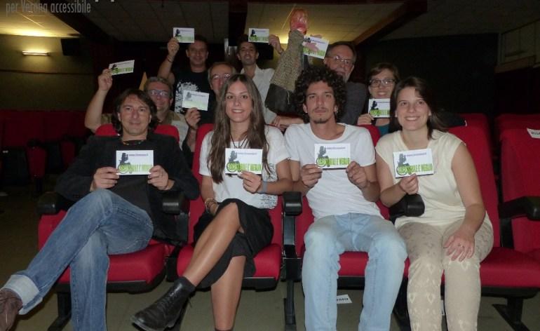 Il cantautore Pippo Pollina con gli altri protagonisti dei due concerti solidali al Teatro Nuovo di San Michele testimoni di accessibilità per dismappa