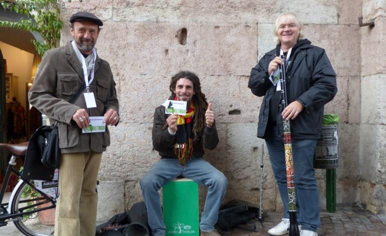 Massimo Totola, Massimo Bitasi e Stefano Benini testimoni recitanti e suonanti per dismappa durante una delle loro esibizioni durante Hostaria, qui a Ponte Pietra.