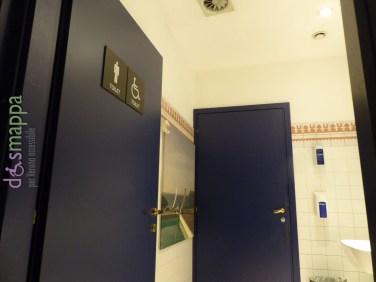 Il bagno definito per disabili disabili al secondo piano dello store Coin di via Cappello (accessibile tramite marciapiede laterale allo stabile, e scivolo per lo scalino d'entrata) risulta molto deludente: la carrozzina entra, ma la tazza è decisamente troppo bassa e senza alcun maniglione, lo sciacquone molto alto, da usare solo per emergenze