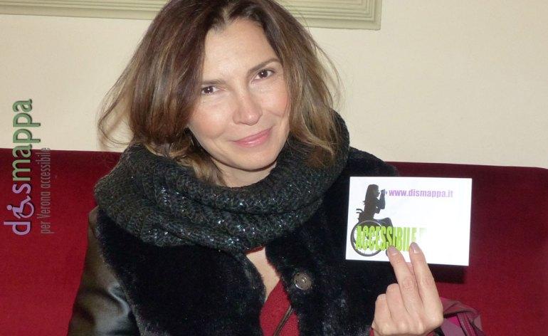 L'attrice Maria Pia Calzone, in scena al Teatro Nuovo di Verona con Provando... dobbiamo parlare, testimone di accessibilità per dismappa prima dell'incontro con gli attori