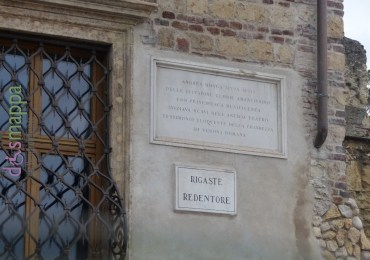 ANDREA MONGA (1794-1861) DELLE CITTADINE GLORIE AMANTISSIMO CON PRINCIPESCA MUNIFICENZA INIZIAVA SCAVI DELL'ANTICO TEATRO TESTIMONIO ELOQUENTE DELLA GRANDEZZA DI VERONA ROMANA Andrea Monga fu un ricco commerciante veronese appassionato di archeologia che nel 1834 prese ad acquistare tutte le case della collina sulla sinistra dell'Adige dove cominciò gli scavi, trovando i resti del teatro e di altri antichi edifici.