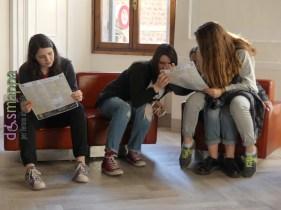 Il gruppo adolescenti della Parrocchia di San Nicolò all'Arena con Don Marco Campedelli non solo testimoni a parole di accessibilità: nel primo incontro a Casa disMappa hanno imparato come mappare e oggi pomeriggio andranno a fotografare e inserire su google maps i parcheggi riservati ai disabili del centro storico di Verona.