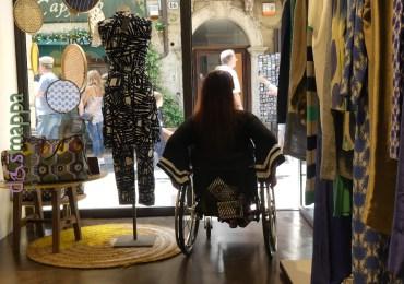 Il negozio di abbigliamento donna e accessori dello storico brand Malìparmi, in via Cappello 35 a Verona, ha entrata a filo pavimento, spazi comodi per girare e camerini con tende dove chi si muove in carrozzina può provare gli abiti (lo specchio nel camerino è alto, ma ce ne sono altri due in negozio a figura intera).