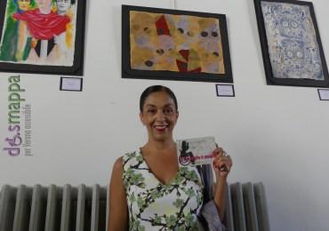La pittrice messicana Angélica Gatica testimone di accessibilità per dismappa, all'inaugurazione della mostra Presencia de Arte Mexicano en Europa