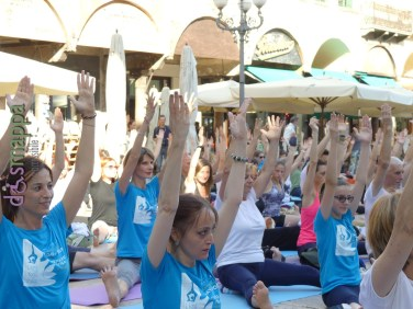 20160621 International Day Yoga Piazza Erbe Verona dismappa 1033