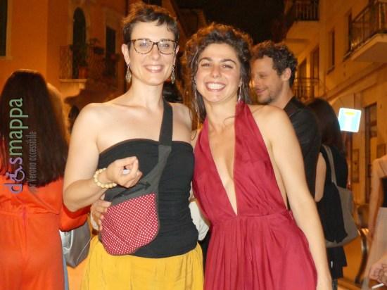 Le attrici Giulia Cailotto (che quest'estate sarà in scena a Padova con La bisbetica domata) e Katia Mirabella (a Verona con Romeo e Giulietta) sorridenti fuori il Teatro Ristori