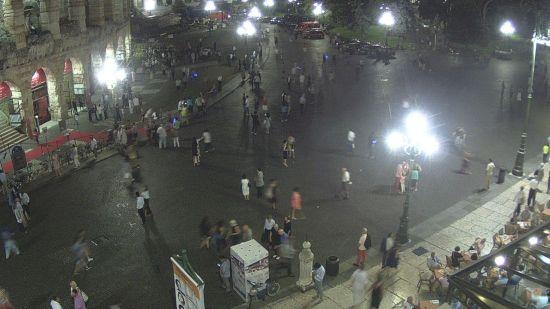 L'uscita del pubblico dopo la prima di Carmen dalla webcam in Piazza Bra