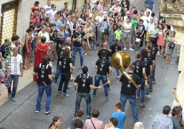 Il passaggio della Lake Funk Street Band in Corso Porta Borsari, ripresi dalla finestra di Casa disMappa.