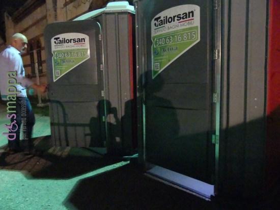 Durante la rassegna teatrale al cortile dell'Arsenale (con ghiaino) si possono utilizzare 2 bagni chimici, entrambi accessibili alle sedie a rotelle