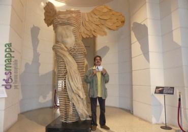 Lo sculture Francesco Rubino testimone di accessibilità per dismappa davanti alla sua Nike/Vittoria alata al Palazzo della Gran Guardia di Verona