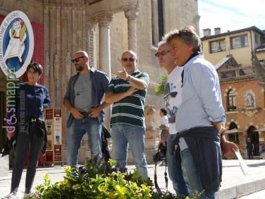 l pittore e scultore Valerio Berruti testimone di accessibilità per dismappa durante l'installazione della sua opera Just Kids in Piazza Duomo a Verona, realizzata perché sia accessibile a tutti (gli spazi permettono di vederla dall'interno anche in carrozzina).