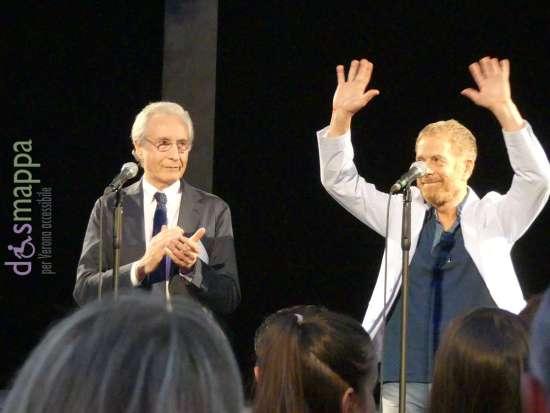 Gianpaolo Savorelli legge la motivazione e il Sindaco Federico Sboarina consegna il premio Renato Simoni all'attore e regista Gabriele Lavia, Teatro Romano di Verona