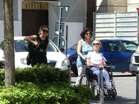 Le giornaliste Alessia Bottone e Valentina Bazzani arrivano al Teatro Nuovo per la registrazione del documentario Vorrei ma non posso