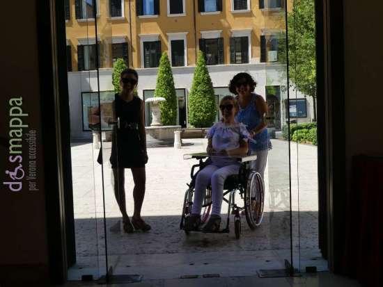 Le giornaliste Alessia Bottone e Valentina Bazzani all'entrata del Teatro Nuovo di Verona da Piazzetta Navona per la registrazione del documentario Vorrei ma non posso