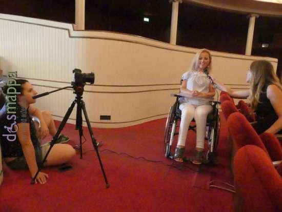 Alessia Bottone intervista Valentina Bazzani (giornalista con disabilità in carrozzina) al Teatro Nuovo per il documentario Vorrei ma non posso. Elettra Bertucco alle riprese