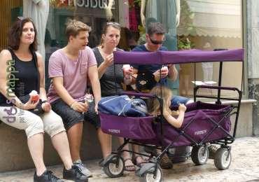 20170816 Turisti bambini carrozzina Verona dismappa 734