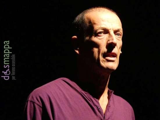 MARCO BALIANI (1950) – Nel 1975 fonda la compagnia Ruotalibera con cui realizza alcuni spettacoli per ragazzi. Con Kohlhass (1989) si cimenta nel teatro di narrazione di cui è tutt'oggi uno dei massimi esponenti insieme a Marco Paolini e ad Ascanio Celestini. Tra le opere teatrali di cui ha curato la regia, Antigone delle città, Peer Gynt e Pinocchio nero. «La sua poetica – scrive Fiaschini – si fonda sullo stupore e l'incantamento di fronte a quanto narrato o inscenato: in questo si può notare l'eco dei suoi esordi nell'ambito del teatro ragazzi e nella scrittura di fiabe». Nel cinema è stato diretto, tra gli altri, da Mario Martone, Francesca Archibugi, Roberto Andò e Saverio Costanzo.