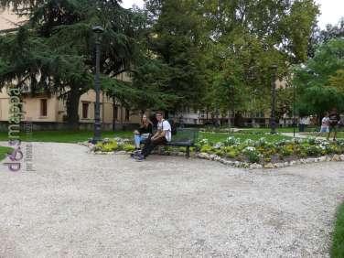 Una delle panchine nel giardino di Piazza Indipendenza a Verona dopo la riqualificazione del 2017
