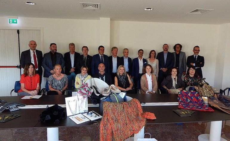 Foto di gruppo per i partecipanti a Verona Fashion 2017 alla presentazione della sfilata alla Camera di Commercio di Verona