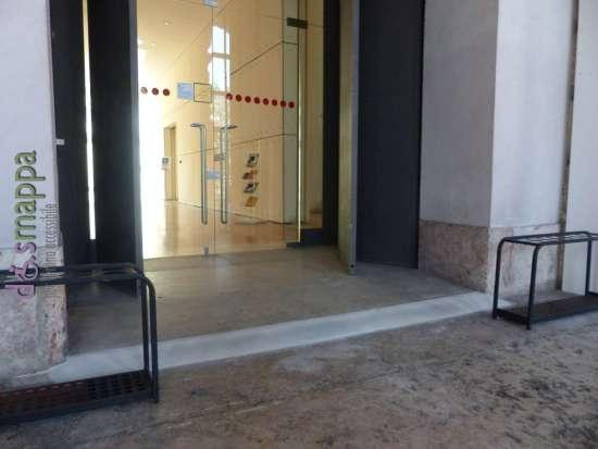 Lo scalino ha ora uno scivolo più dolce e rende più agevole l'entrata alla Gran Guardia di Verona