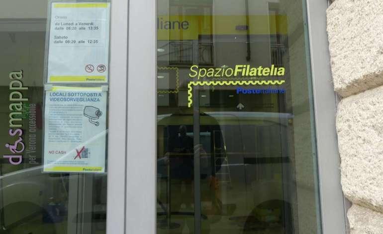 L'entrata accessibile ai disabili in sedia a rotelle dell'ufficio di Poste Italiane in via Teatro Filarmonico a Verona